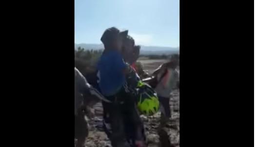 Menino de 4 anos é encontrado com vida após 24 horas perdido no deserto