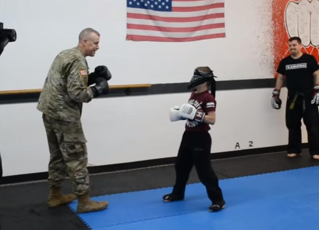 Soldado volta e surpreende filho durante a aula num reencontro lindo