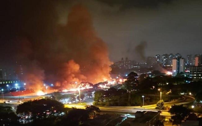 Em véspera de reintegração de posse, fogo atinge favela em SP