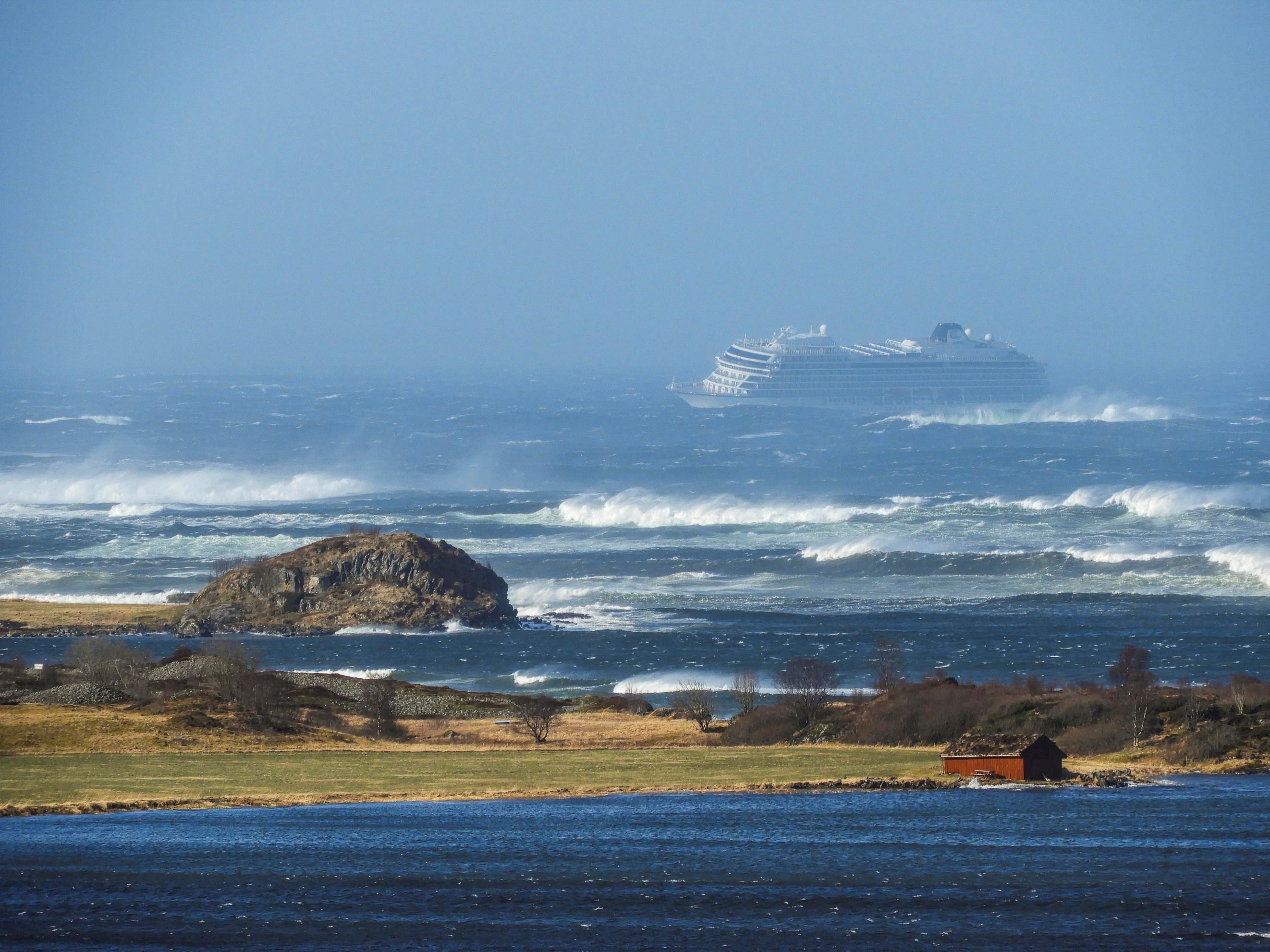 Cruzeiro à deriva na Noruega consegue ligar 3 dos 4 motores