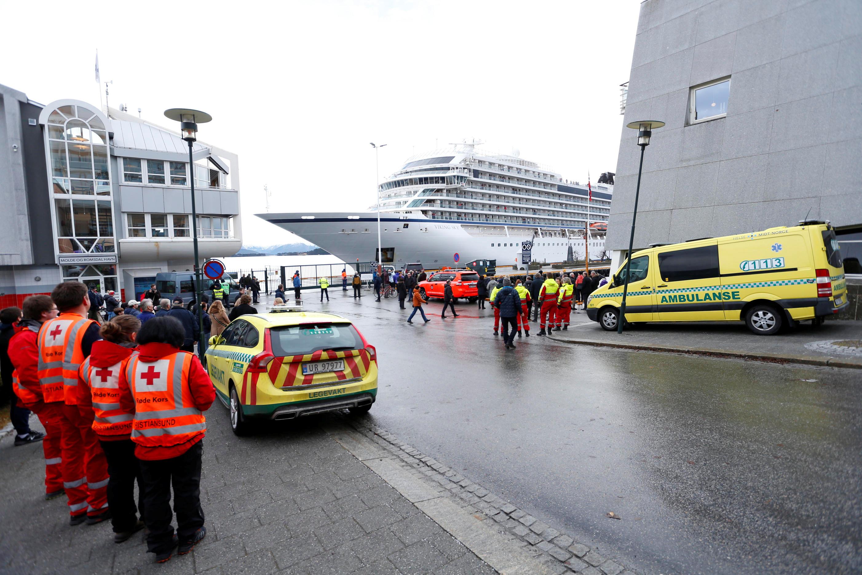 Após resgate, navio de cruzeiro à deriva na Noruega chega a porto
