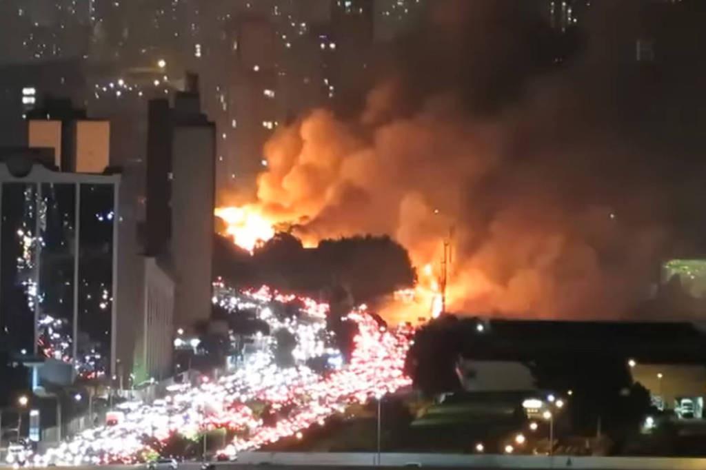 Incêndio em favela de SP deixa um homem morto