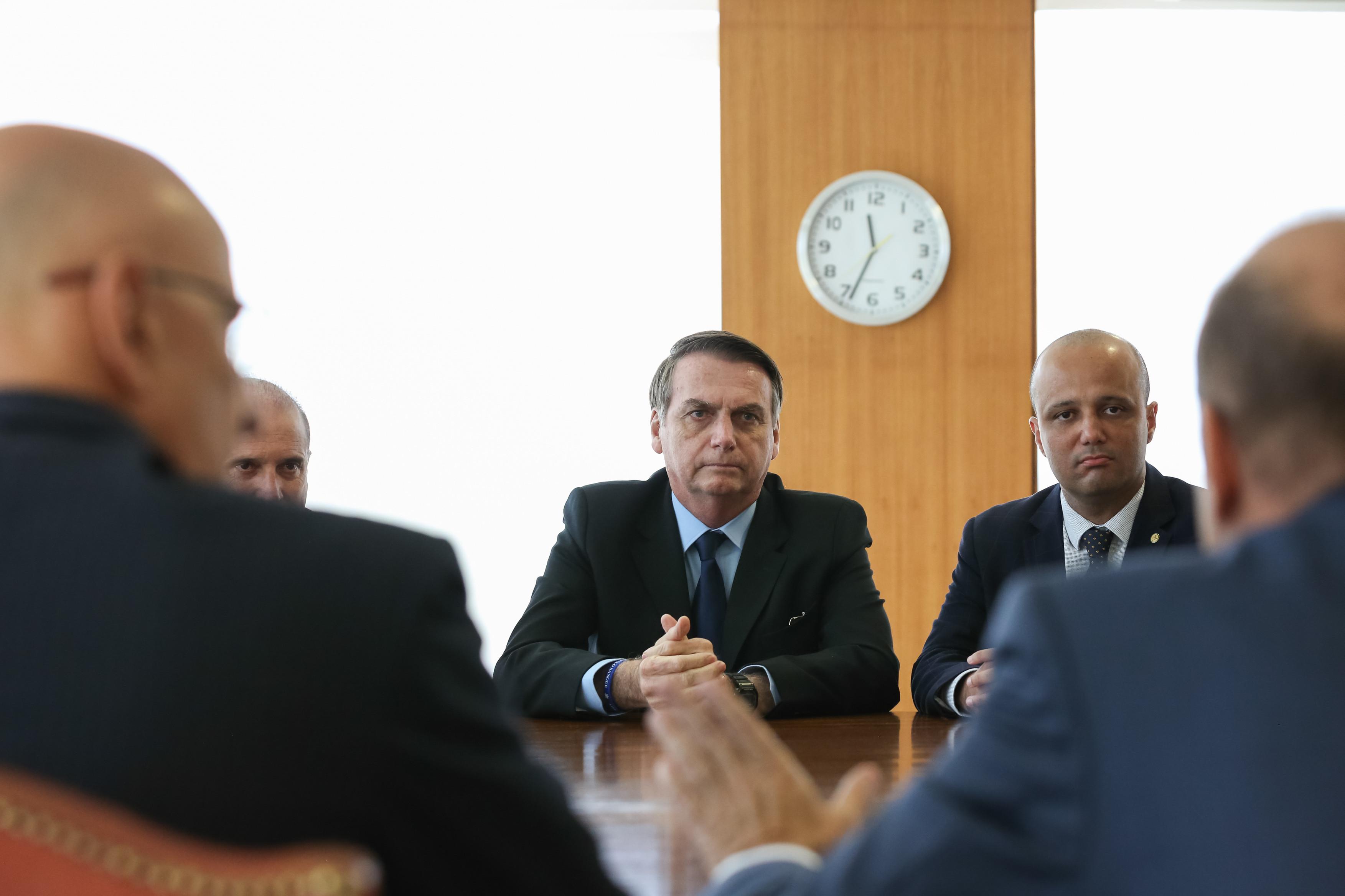 Líder do governo critica velha política, cita Maia e acirra crise