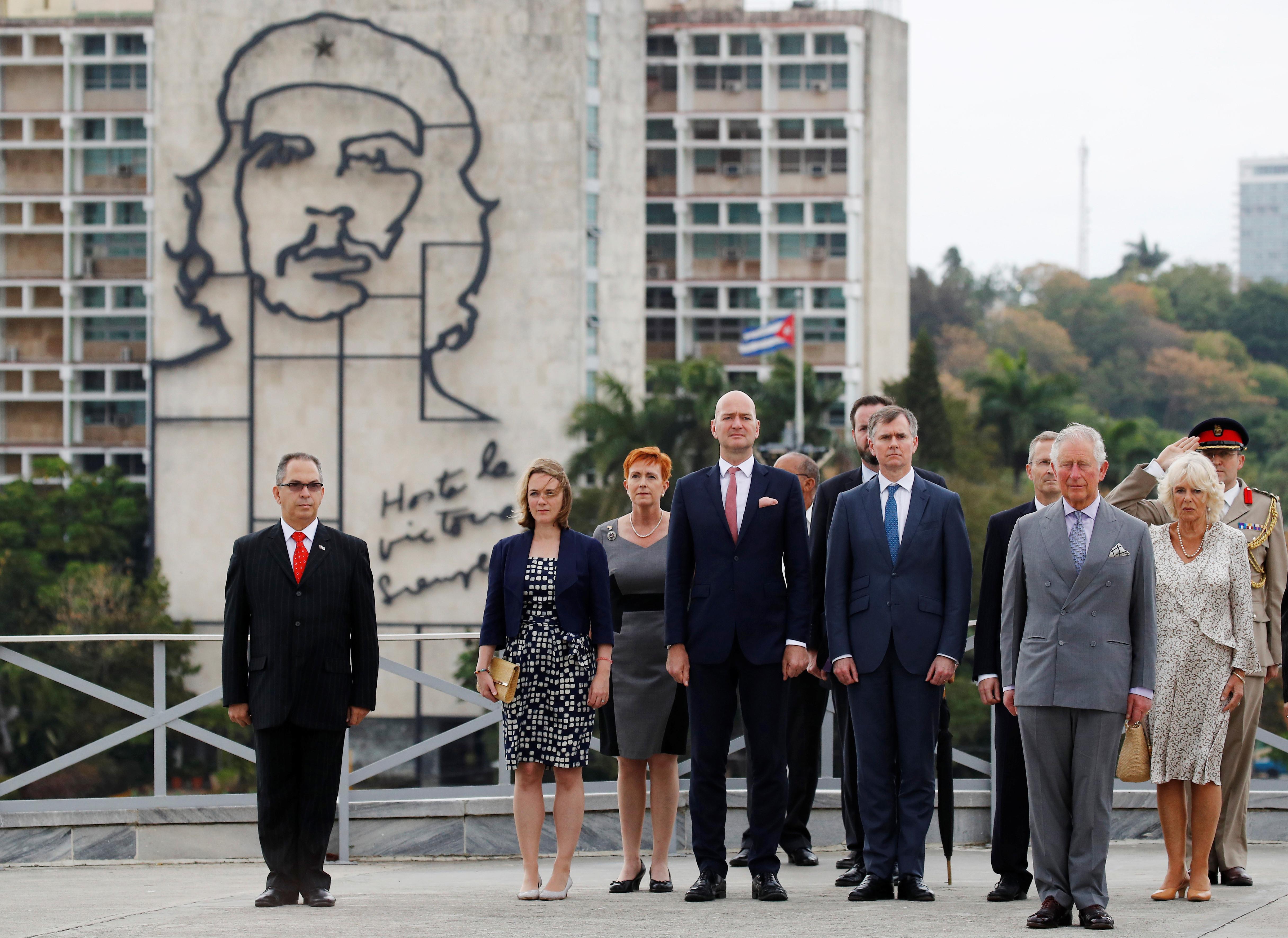 Com Charles, família real faz primeira visita oficial a Cuba