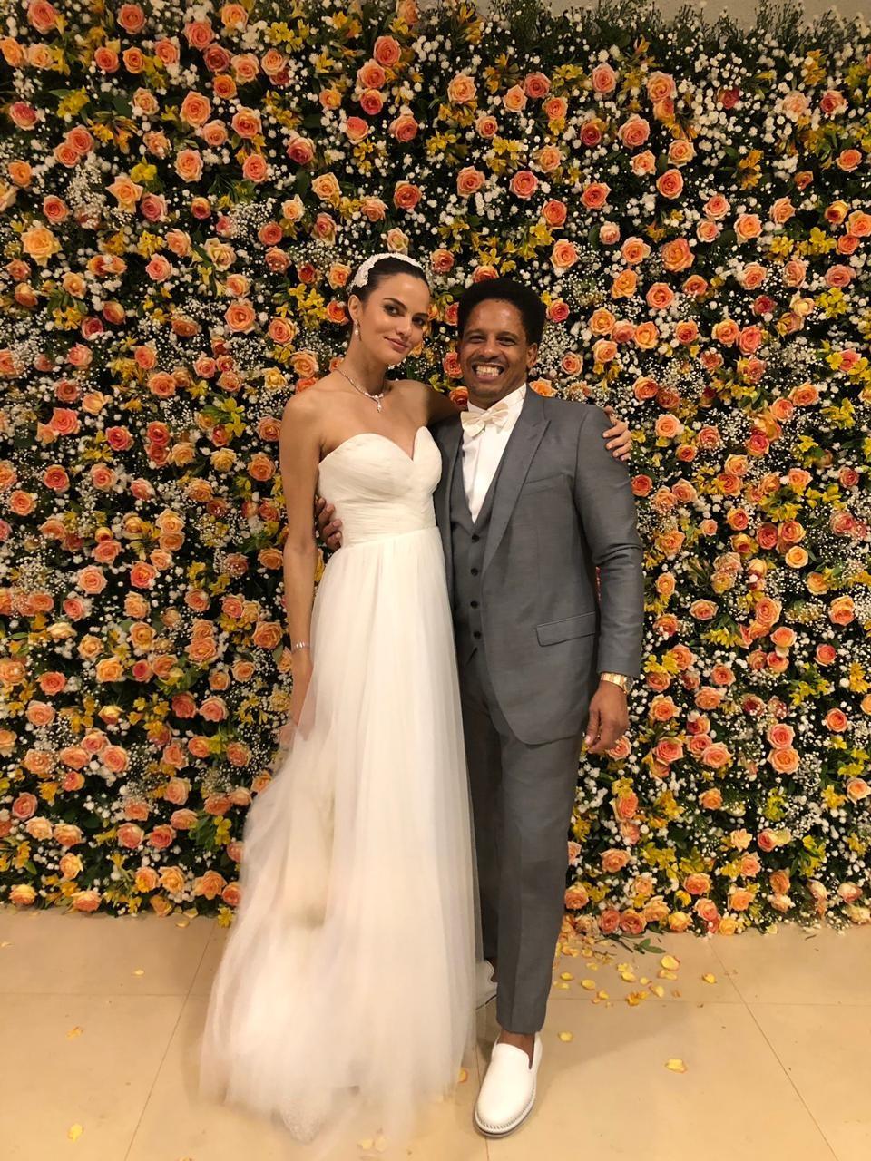 Modelo Barbara Fialho mostra vestido do casamento com Rohan Marley