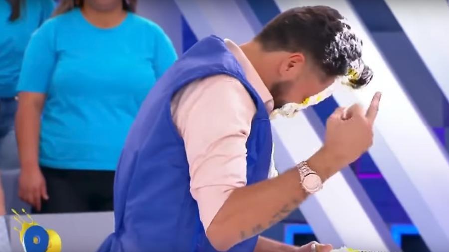 Latino surpreende telespectadores ao mostrar o dedo do meio ao vivo