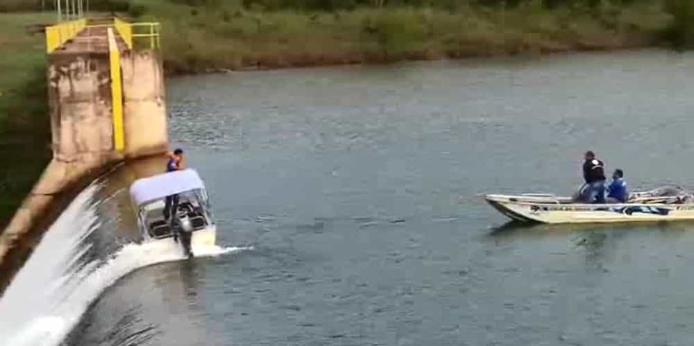 Barco sofre pane e é levado por correnteza até queda d'água; vídeo