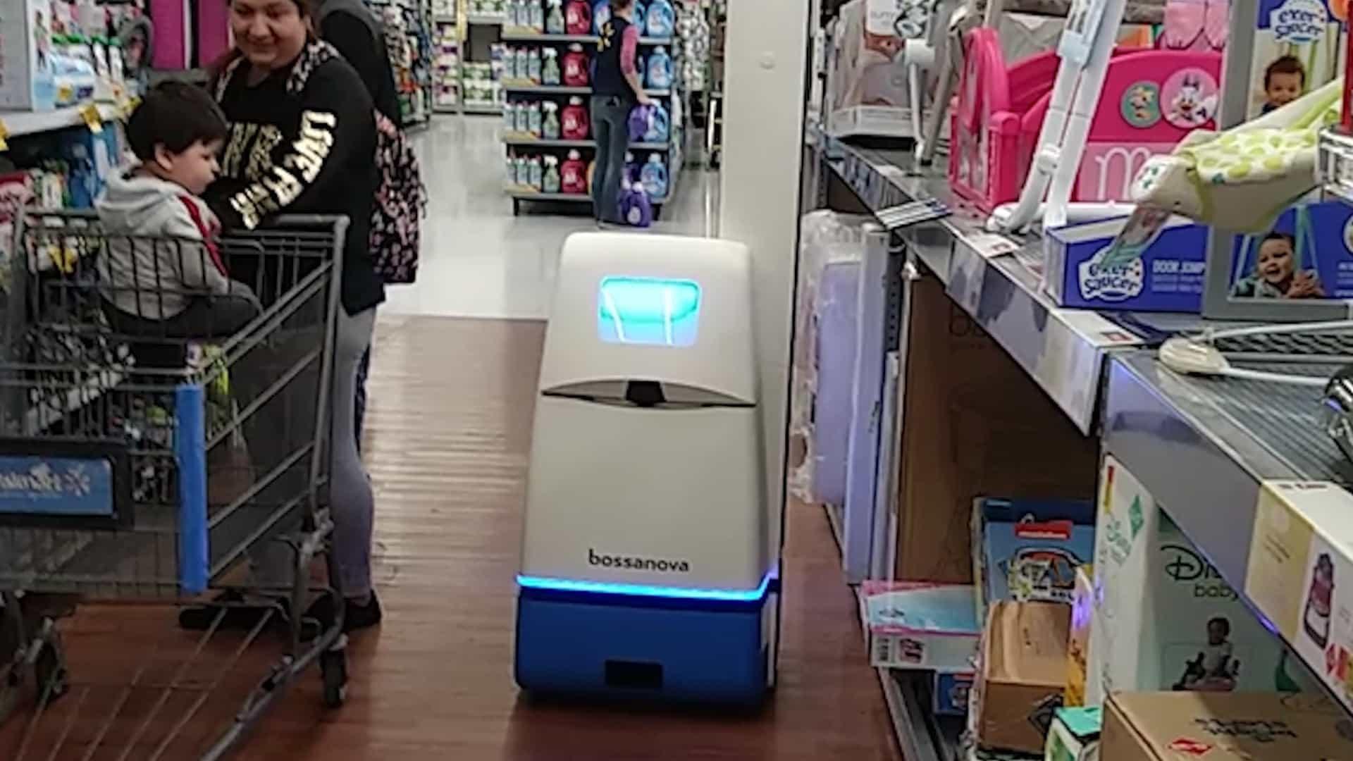 Robô circula por supermercado americano fazendo reposição de prateleira