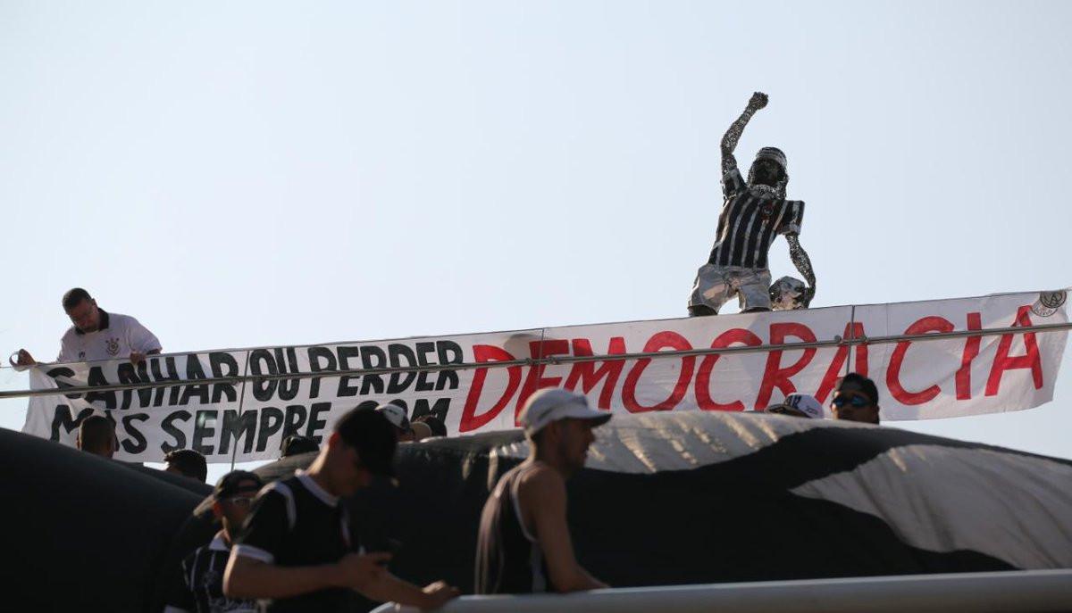 No aniversário do golpe militar, clubes demonstram apoio à democracia