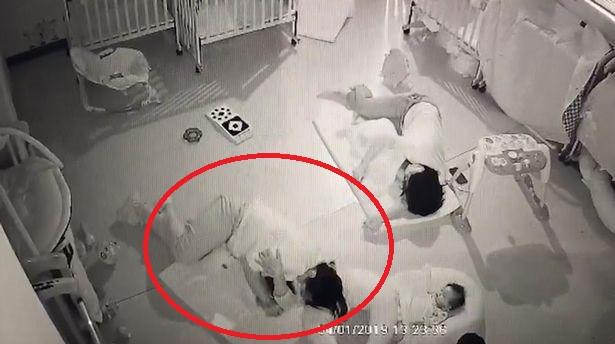 Professora se deita sobre bebê que não queria dormir e o sufoca
