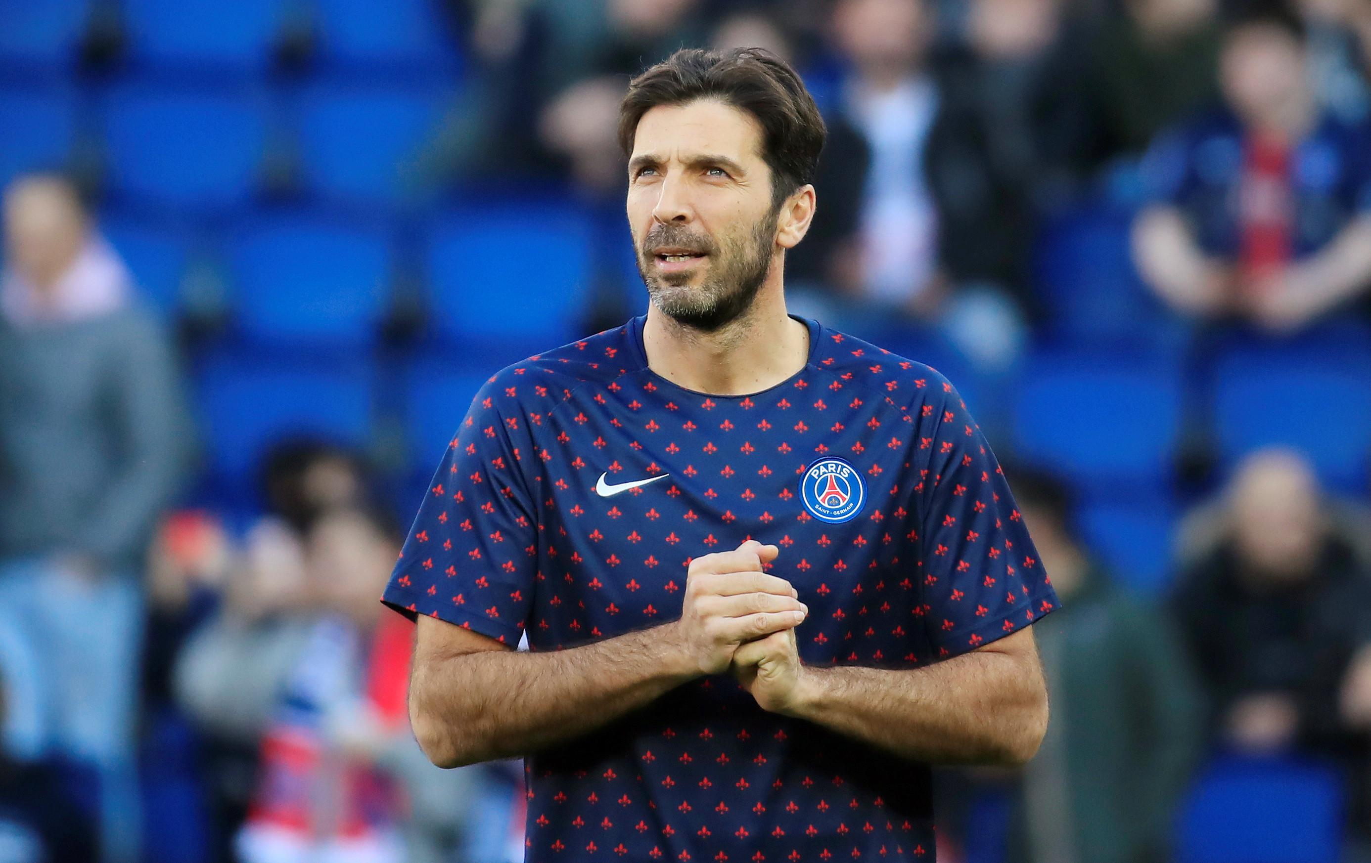 Após falhas, Buffon vira reserva e vê fim de carreira melancólico