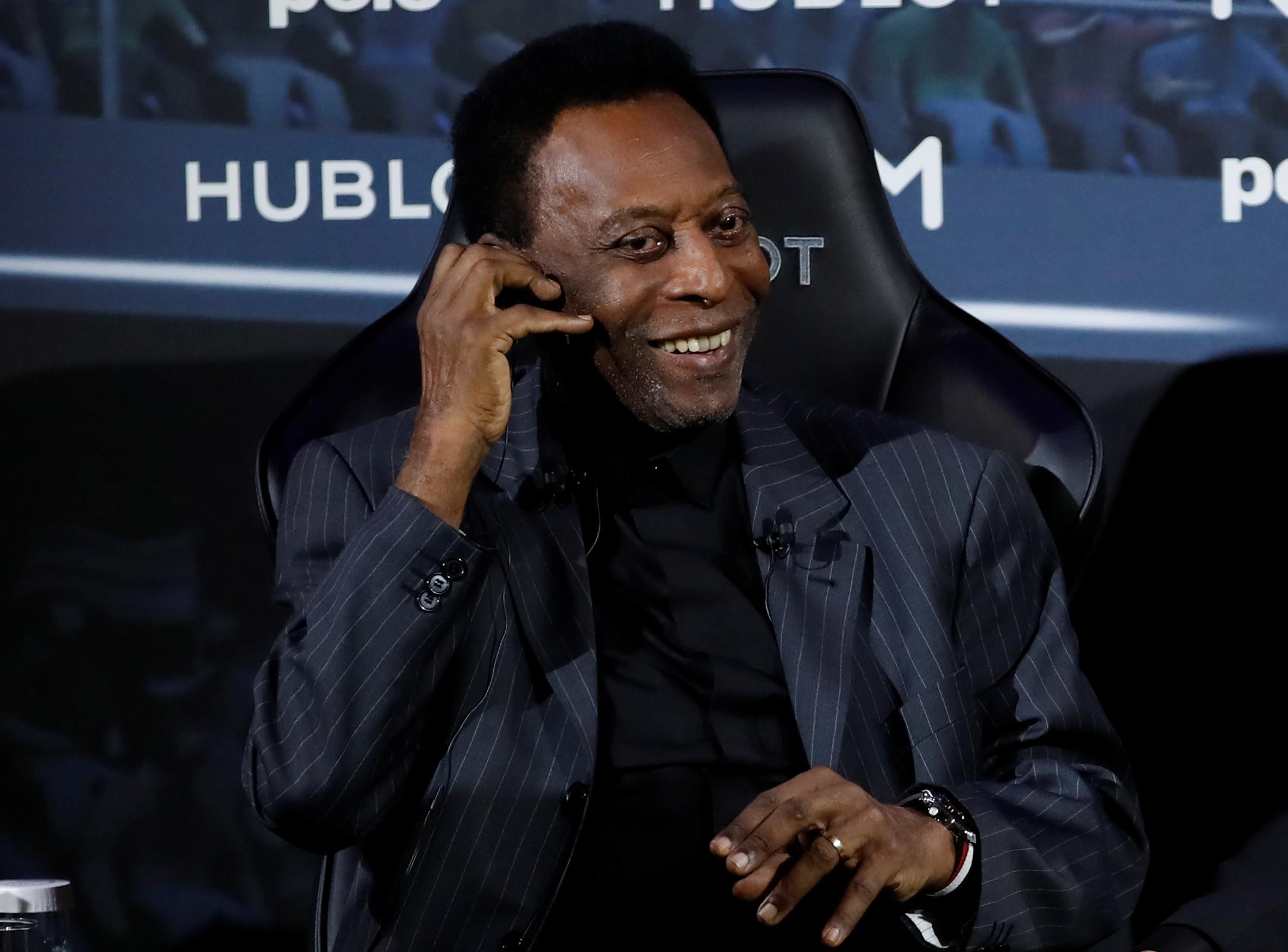 Pelé acorda se sentindo melhor e faz exames em hospital de Paris