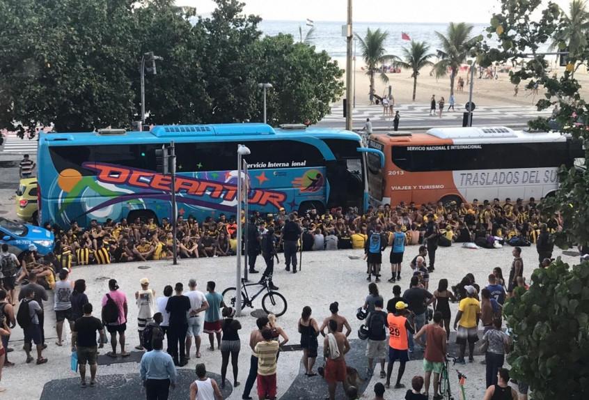 Torcedores de Flamengo e Peñarol brigam no Rio