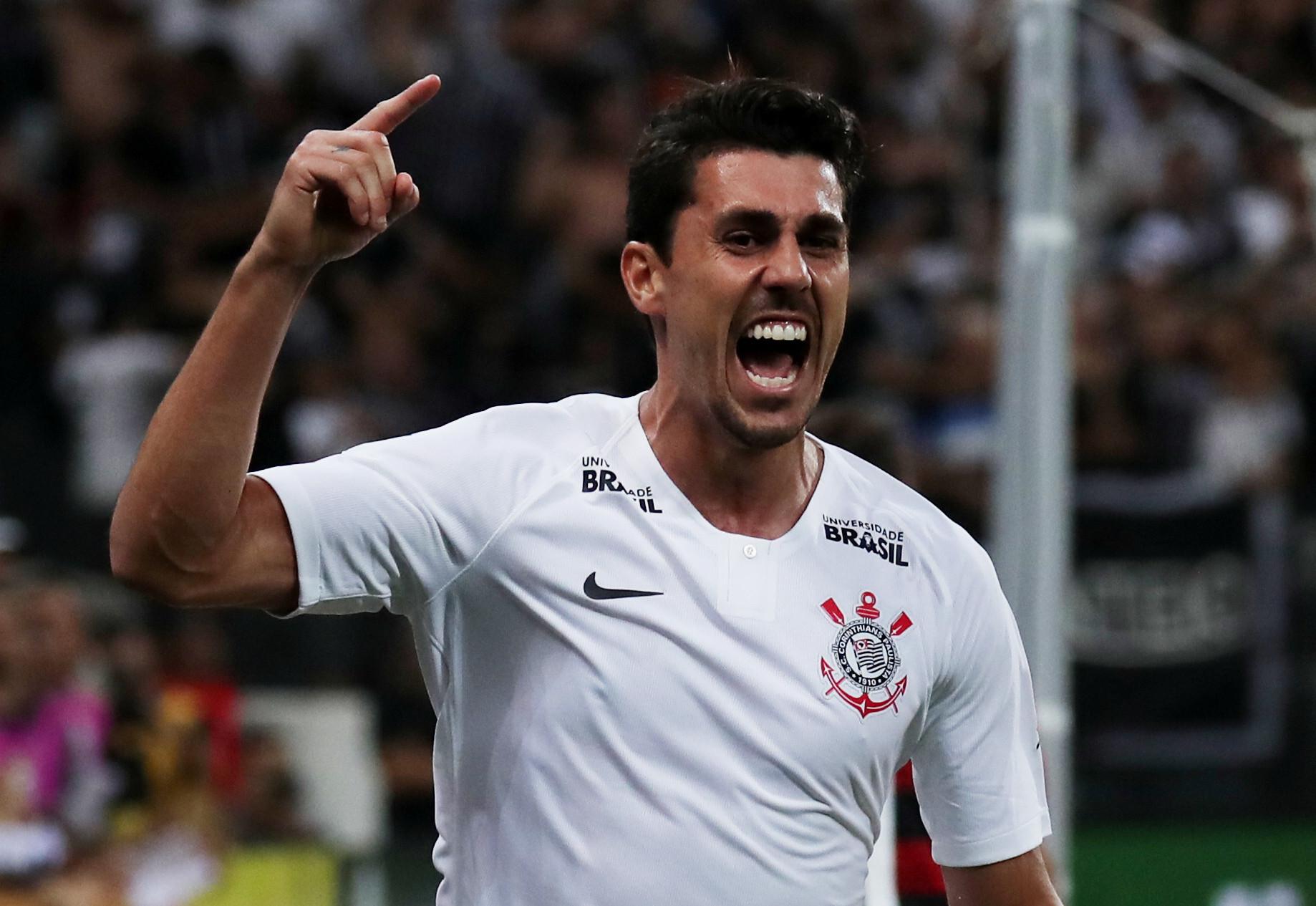 Recuperado, Danilo Avelar espera por 1º título no Corinthians