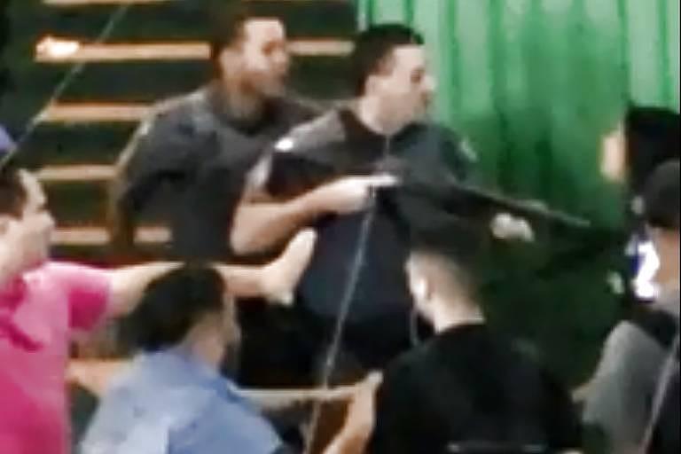 PM usa arma para empurrar aluna durante protesto em escola de Guarulhos