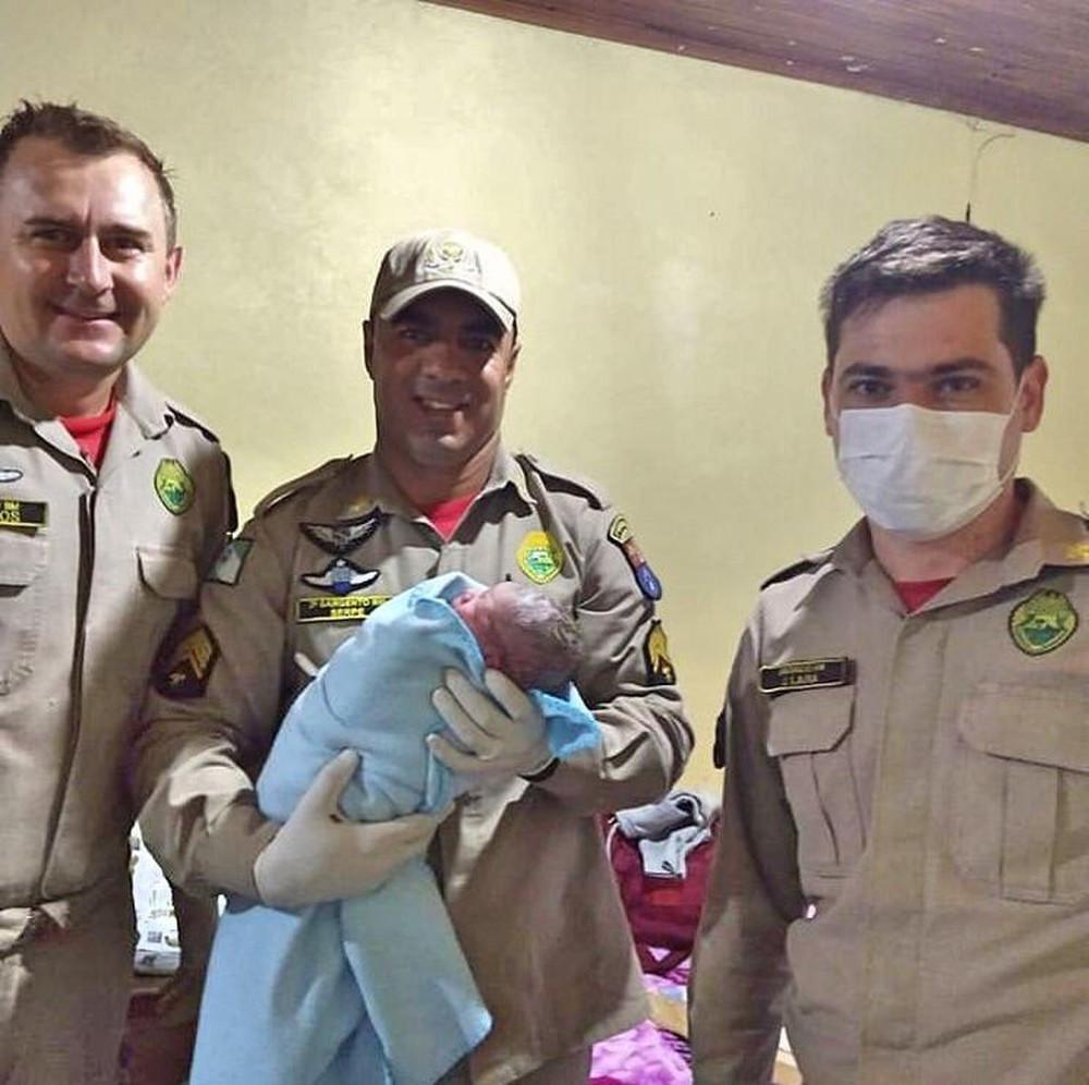 Bombeiros auxiliam parto de mulher que não podia sair de casa