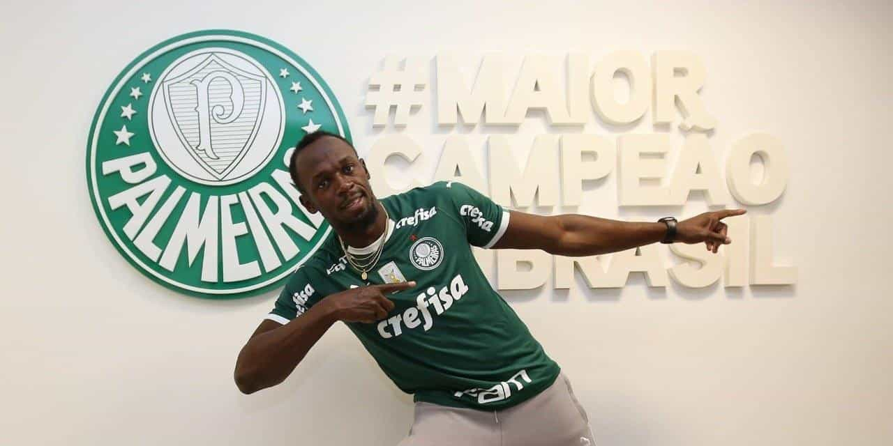 Bolt visita Palmeiras, veste camisa e bate bola com Deyverson