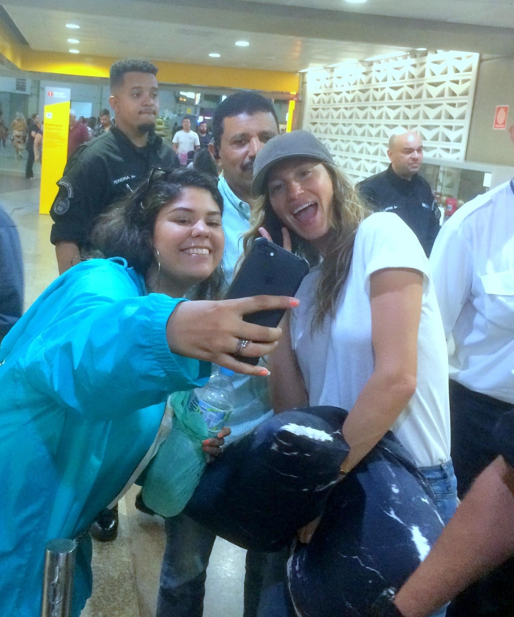 Gisele Bündchen faz selfies com fãs em aeroporto de SP