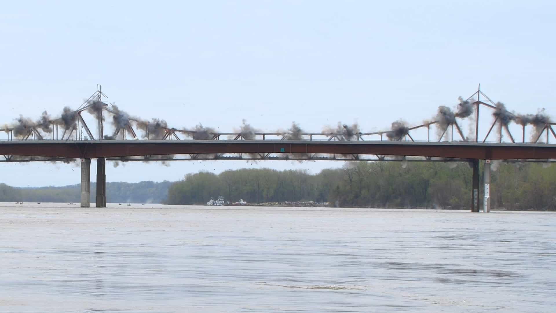 Impressionante: veja o exato momento em que ponte é demolida!