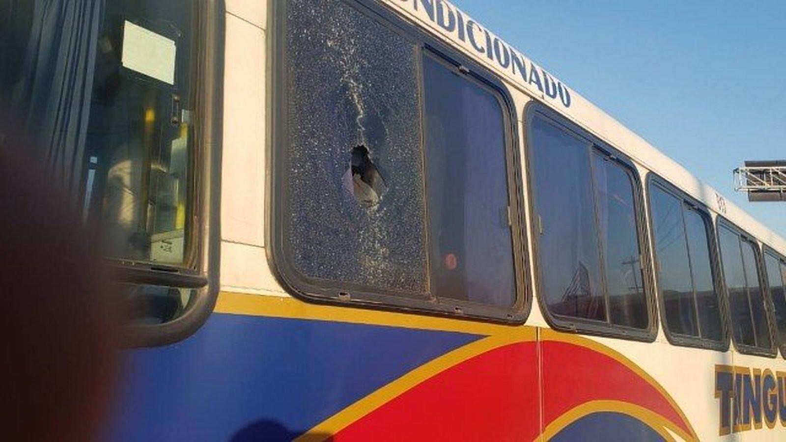 Mulher é atingida por bala perdida dentro de ônibus no Rio