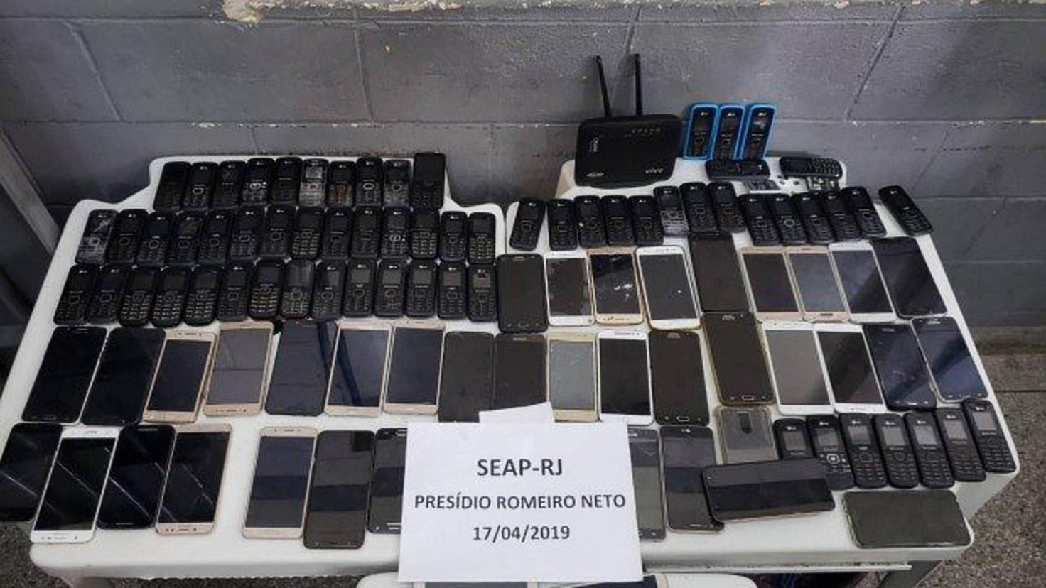 Após investigação, operação apreende 140 celulares em presídio do Rio