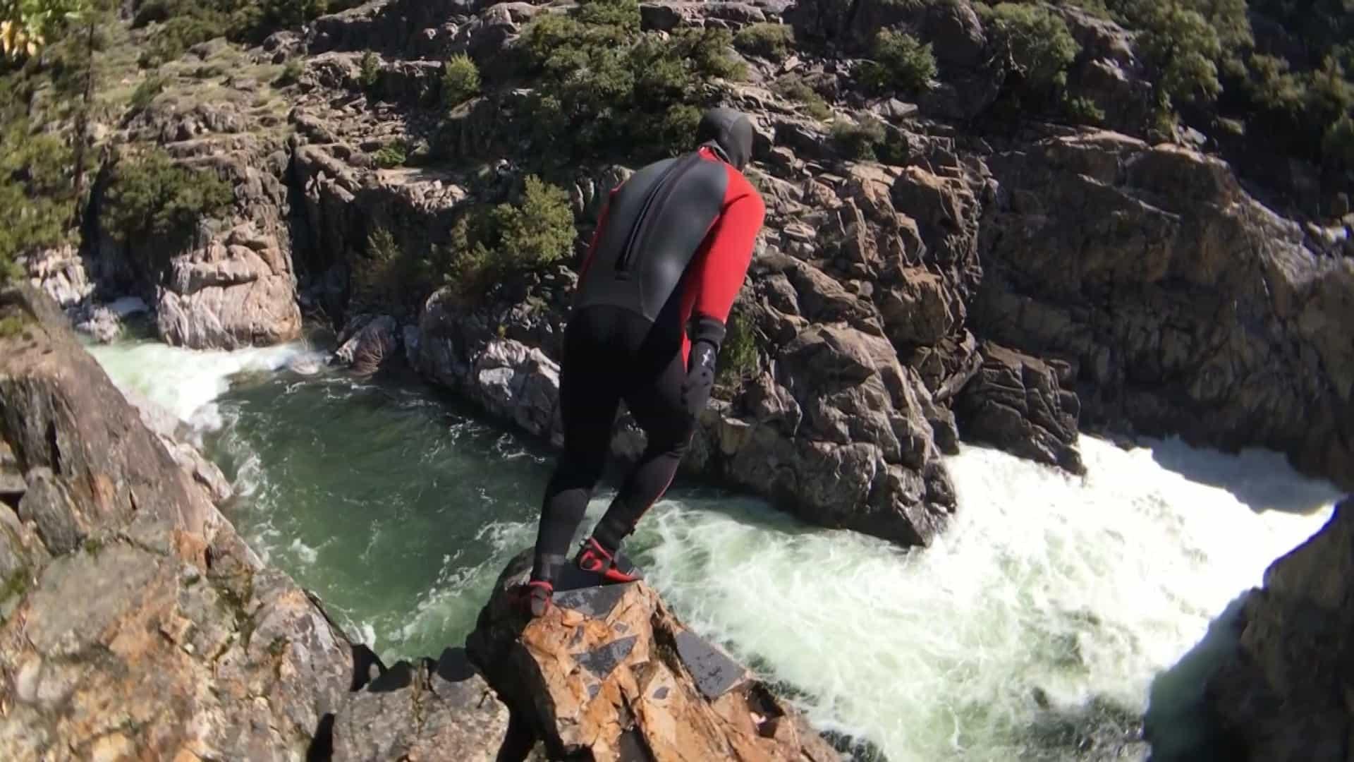 Arrepiante! Homem pular de penhasco para rio perigoso