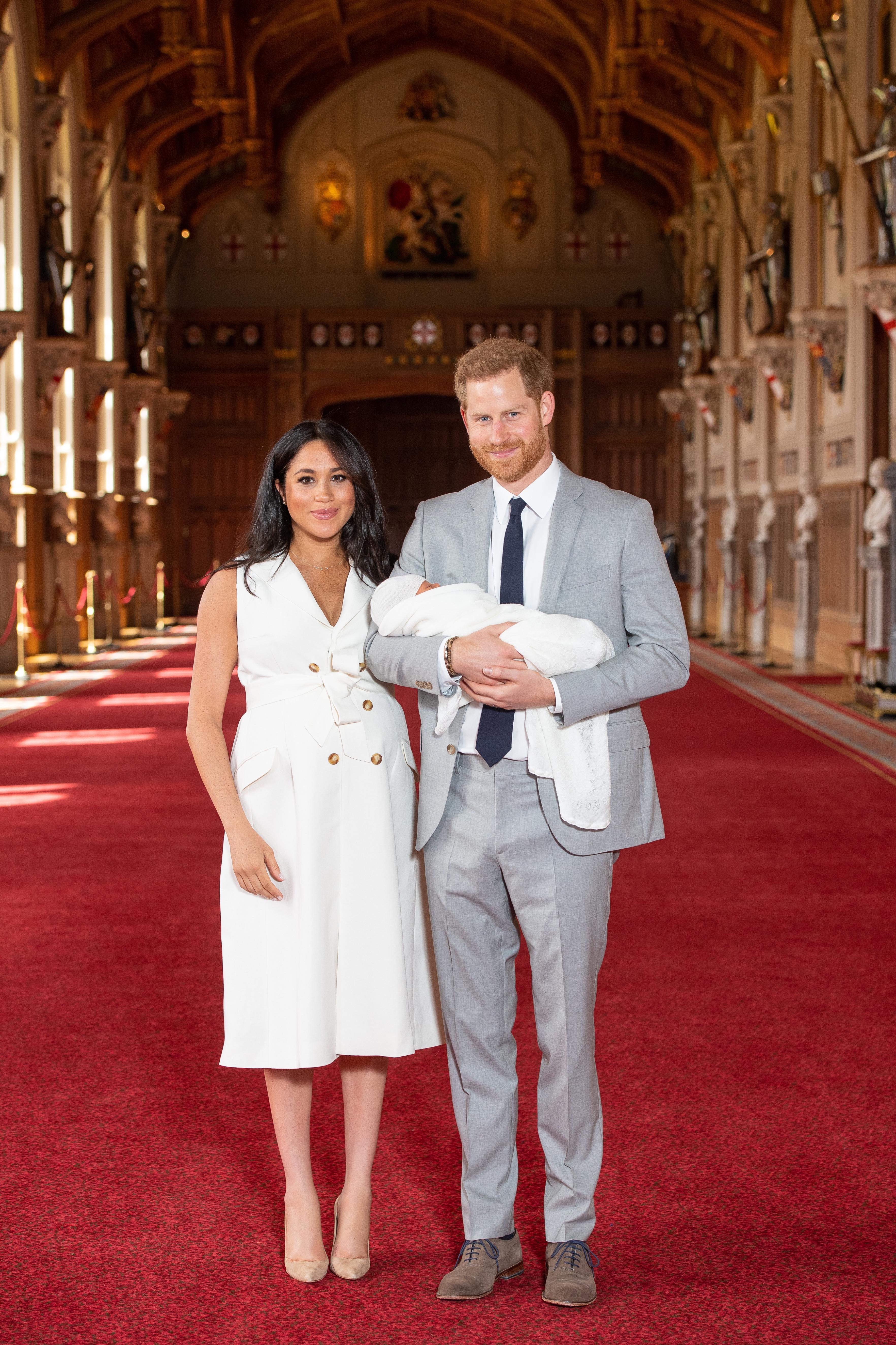 Harry e Meghan Markle fazem primeira aparição com bebê real