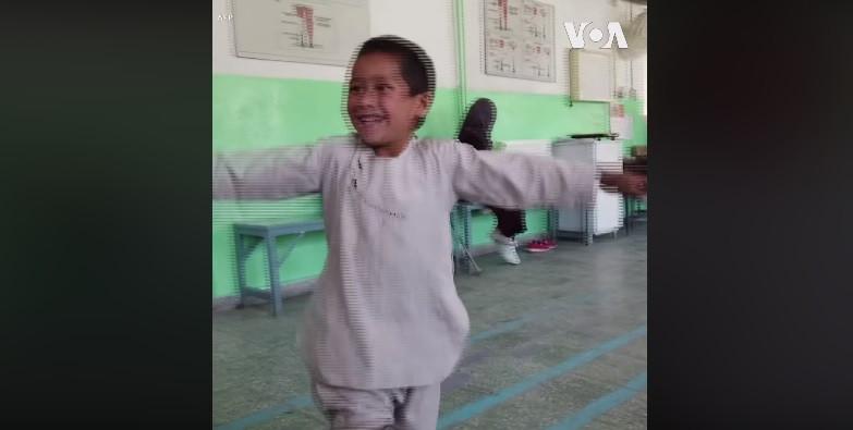 Menino sírio emociona internet por alegria após receber prótese